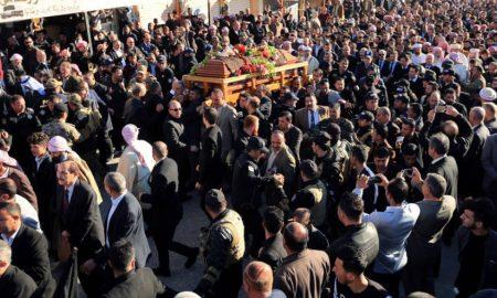 Иракские езиды несут гроб лидера езидов Мир Тахсин Саид Али Бега. Шихан, провинция Дахук, Ирак, 4 февраля 2019 года.