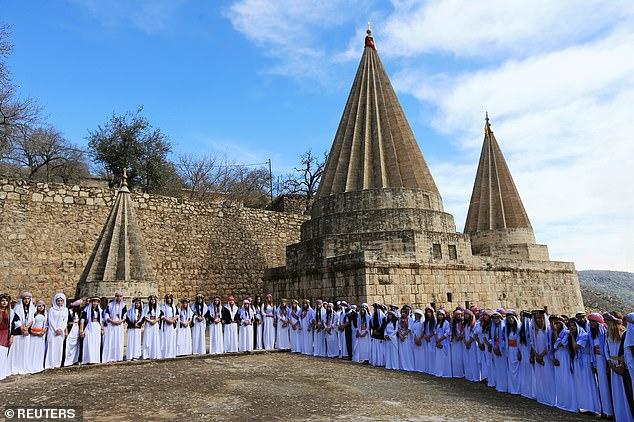 Женщины-езиды присутствуют на церемонии в храме Лилаш в пятницу в память о гибели тысяч своих сестер, убитых боевиками ИГИЛ во время террора.