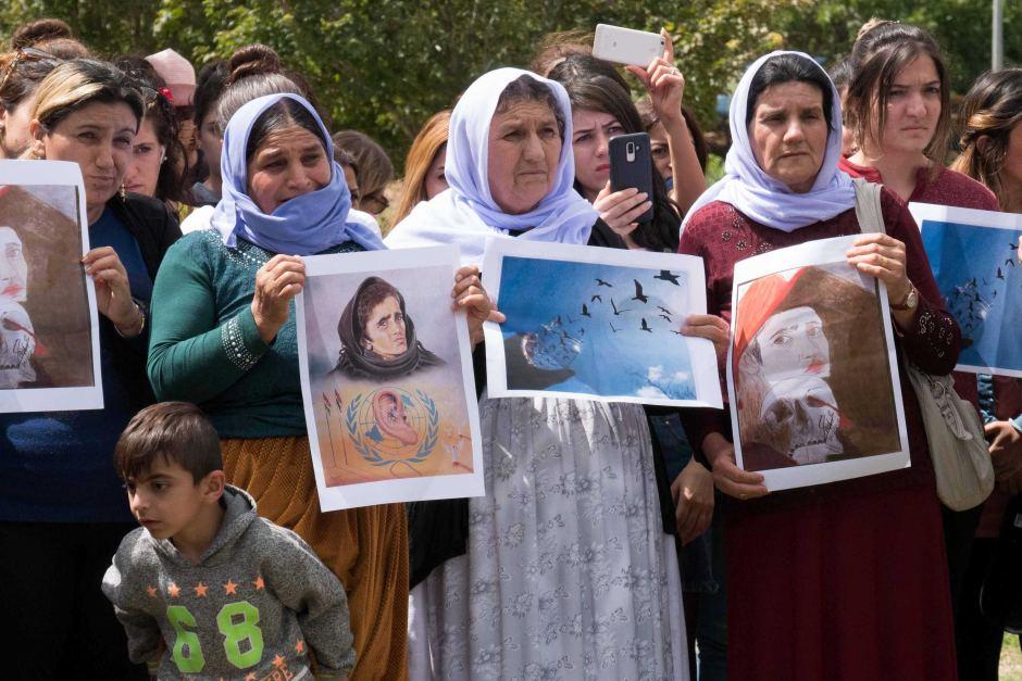 ФОТО: Представители езидской общины Тувумбы собрались в знак солидарности после обнаружения массовых захоронений в Сирии (ABC Southern Queensland)