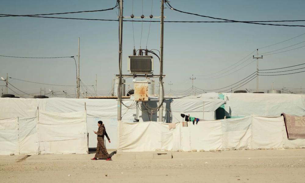 Езидка идет по лагерю Ханке, расположенному на севере Ирака.