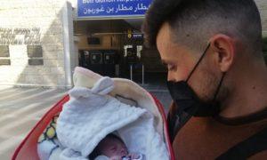 Новорожденная езидская Хена прибыла в Израиль из Иракского Курдистана вместе со своим дядей, чтобы перенести спасительную операцию на сердце в больнице Шиба (любезно предоставлено Шевет Ахим)