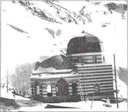 Могила Ахмеде Хани — место паломничества курдов у подножия большого Арарата. Баязид, Северный Курдистан — Турция. XVI в.