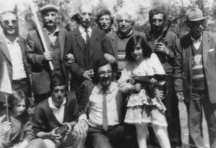 10. июня 1992 г. в городском парке г. Лачин. С лева на право: председатель секции курдских писателей Арм. ССР Карлене Чачани, курдская девочка Марианна (читает стихи) и Председатель Курдского освободительного движения Вакиль Мустафаев