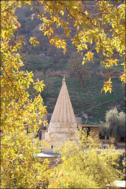 Святыня древней религии езидов находится в Лалеше, недалеко от Мосула на севере Ирака. Большинство Езиды живут в этом районе, а также езиды проживают в в Сирии, Турции и на Кавказе. Фото: Крис де Брейна.