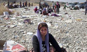 Езидка расплакалась после перехода из Сирии обратно в Ирак. Sebastian Meyer / Corbis via Getty Images