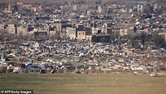 Кадр из видео, выпущенного обществом «Свободные рейнджеры Бирмы», на котором видно, как люди перемещаются между палатками временного лагеря на последнем, контролируемом ИГИЛ участке территории в сирийском Багхузе.